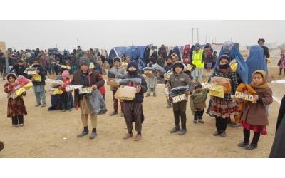 ÇOCUKLAR ÜŞÜMESİN bot ve mont dağıtımının yanında gıda yardımı da yapıldı